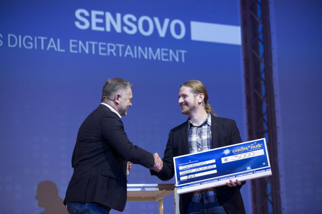 Preisübergabe, Engelbert Gabriel, Direktor Marketing/Vertrieb & Confertainment, übergibt Sonderpreis an Ulrich Straus